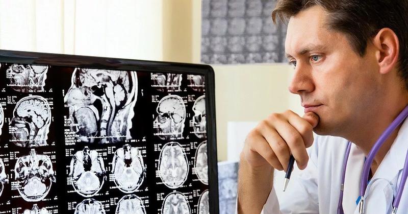 врач готовить заключение по МРТ